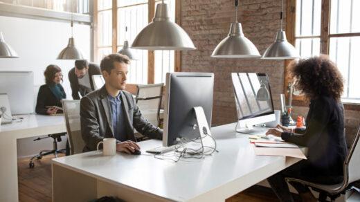 Młodzi ldzie pracujący w biurze