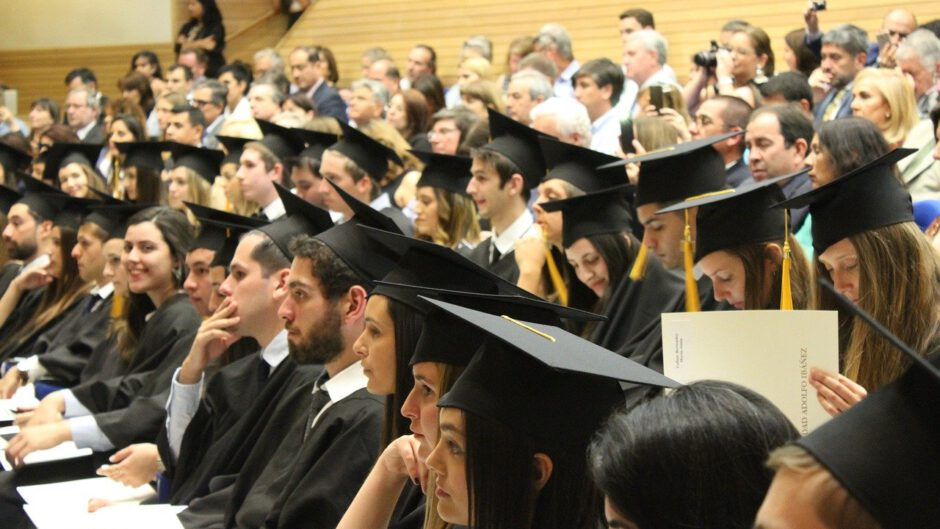 Studenci z dyplomami