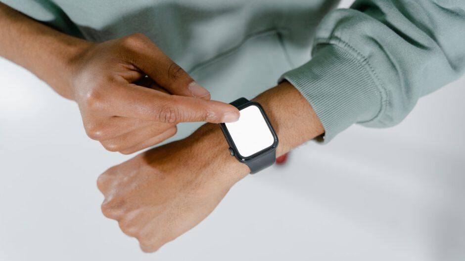 Mężczyzna używa smartwatcha