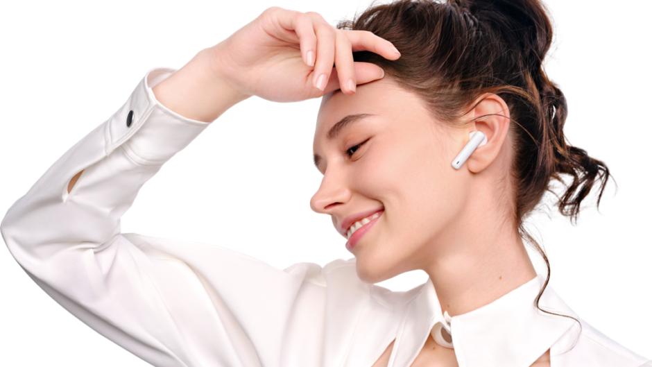 Kobieta słucha muzyki na słuchawkach bezprzewodowych