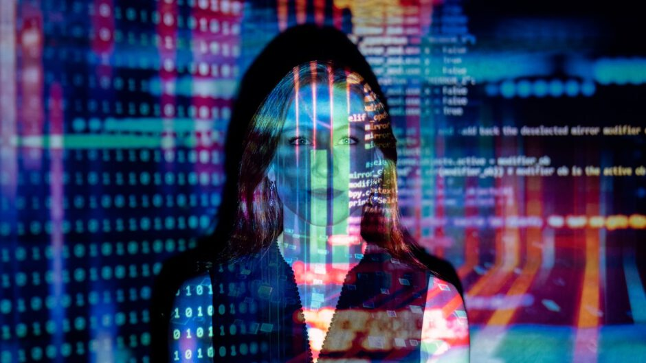 Kobieta używa systemu zarządzanie informacjami