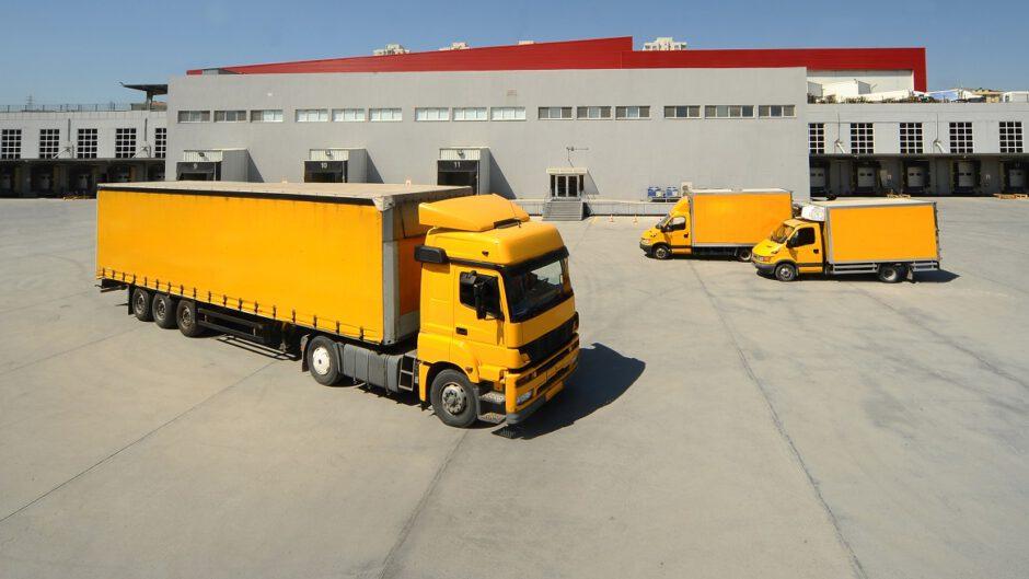 Samochody ciężarowe na parkingu z firmy transportowej