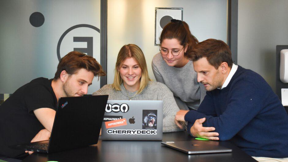 Osoby w biurze używają własnego oprogramowania w biurze