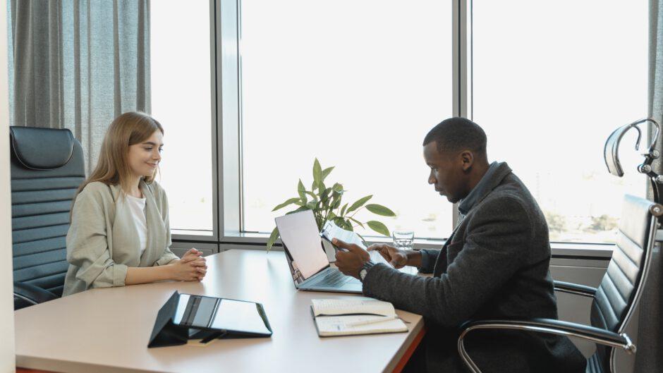 Kobieta na rozmowie rekrutacyjnej