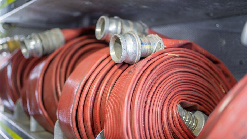 Węże strażackie poukładane na półce